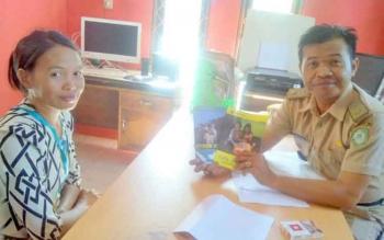 Salah seorang warga Kelurahan Baamang Hulu mempertanyakan ke Lurah soal blanko subsidi listrik.