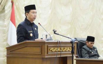 Bupati Barito Utara Nadalsyah saat menyampaikan pidato pengantar dua raperda pada rapat paripurna, Selasa (11/7/2017).