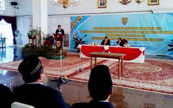 Asisten Administrasi Pemerintahan Umum I Ketut Widhie Wirawan saat menyampaikan laporan pelaksanaan kegiatan pelantikan di Istana Isen Mulang.