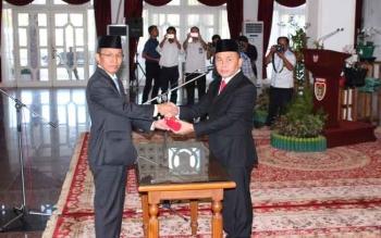 Gubernur Sugianto menyerahkan memori pengangkatan Mugeni sebagai PLt Sekda Kalteng, menggantikan Sahrin Daulay