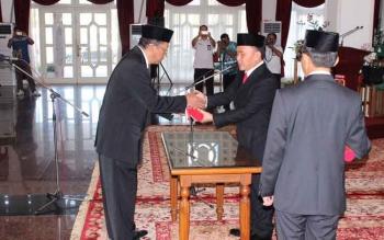 M Hatta ditunjuk sebagai Plt Asisten II mengisi kursi jabatan yang ditinggalkan Sahrin Daulay, menerima memori pengangkatan dari Gubernur Sugianto di aula utama Istana Isen Mulang, Rabu.