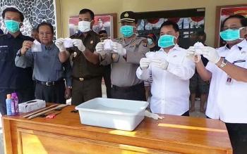 Kapolres Kotim AKBP Muchtar Supiandi Siregar bersama Plt Sekda Halikinnor dan Kepala Kejaksaan Negeri Wahyudi saat pemusnahan narkoba di Polres Kotim, Rabu (11/7/2017).