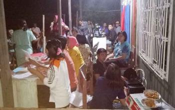 Petugas Dukcapil Murung Raya jemput bola melakukan perekaman data kependudukan di Desa Tumbang Bondang, Kecamatan Laung Tuhup