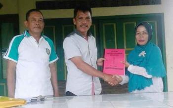 Benny BU Jangking (tengah) salah satu calon Kades Pelantaran saat menyerahkan berkas pendaftaran.