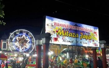 Saat malam hari suasana wahana permainan anak, Mitaza Jaya semakin ramai.