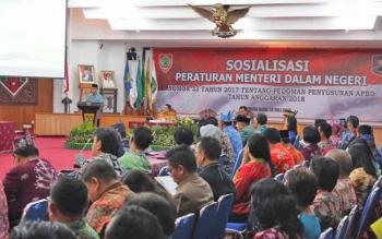 Plt Sekda Provinsi Kalimantan Tengah, Mugeni, saat membuka Sosialisasi Permendagri Nomor 33 Tahun 2017 tentang Pedoman Penyusunan APBD 2018 di Aula Jayang Tingan, kompleks kantor gubernur Kalteng, Kamis (13/7/2017).