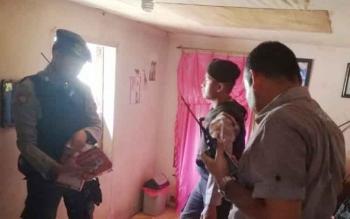Personel Polsek Ketapang saat melakukan penggeledahan di rumah tersangka untuk mencari barang bukti.