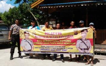 Kapolsek Timpah Iptu Daryono foto bersama warga Batapa