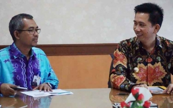 Bupati Barito Utara Nadalsyah berdiskusi dengan General Manajer PT PLN Wilayah Kalselteng, Purnomo, Jumat (14/7/2017).