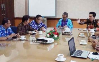 Bupati Barito Utara Nadalsyah bertemu General Manajer PT PLN Wilayah Kalselteng, Purnomo, di kantor PT PLN Wilayah Kalselteng, Banjarbaru, Kalimantan Selatan, Jumat (14/7/2017).