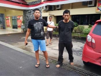 Tersangka kasus penggelapan CPO, Kadek Wali Sadi (kanan) digiring petugas Polres Kotim.