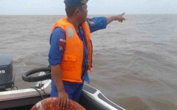Petugas saat melakukan pencarian terhadap kapal bermuatan bahan material dengan tujuan Seruyan.
