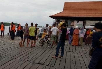 Warga Kuala Pembuang Berbondong-Bondong Datangi Lokasi Evakuasi Korban Kapal Tenggelam