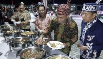 Menteri Pendidikan dan Kebudayaan Muhadjir Effendy (dua kanan) didampingi Wali Kota Palangka Raya mengambil sayur kalakai yang disuguhkan dalam acara welcome dinner KBN, Minggu (16/7/2017) malam.