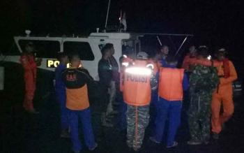 Tim gabungan Basarnas Sampit menaiki dermaga pelabuhan bongkar muat Kuala Pembuang, Senin (17/7/2017) dini hari. Mereka sempat dihadang gelombang setinggi tiga meter di perairan laut Seruyan, dalam upaya penjemputan dua korban tenggelamnya KM Karya Bersam