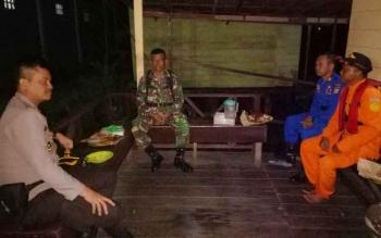 Kapolres Seruyan AKBP Nandang Mukmin Wijaya saat berdialog bersama pihak Basarnas Sampit dan TNI terkait upaya lanjutan pencarian dan penyelamatan korban kapal tenggelam, Senin (17/7/2017) dinihari.