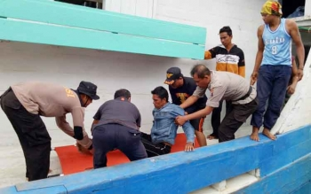 Korban selamat KM Karya Bersama yang tenggelam di Laut Seruyan saat dievakuasi dari atas kapal penjemput di pelabuhan bongkar muat, Kuala Pembuang, Senin (17/7/2017) pagi.