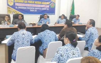 Wakil Bupati Gunung Mas Rony Karlos (dua kiri) memimpin uji publik naskah akademis rancangan peraturan daerah tentang kabupaten layak anak di ruang rapat lantai I kantor Setda, Senin (17/7/2017).