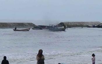 Terlihat sejumlah perahu nelayan sedang tambat di tepi pantai karena tidak dapat melaut.