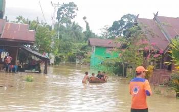 Petugas Badan Penanggulangan Bencana Daerah Provinsi Kalimantan Tengah dan BPBD Kabupaten Gunung Mas, memantau banjir di wilayah Kecamatan Kurun dan Kecamatan Sepang, Senin (17/7/2017).