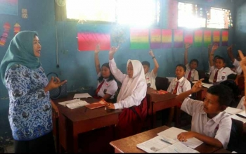 Kepala Bidang Perlindungan Anak Dinas Pemberdayaan Perempuan dan Anak Kabupaten Kobar Eni Pujirahayu saat menyambangi murid kelas VI, SDN 1 Kumai Hilir, Senin (17/7/2017).