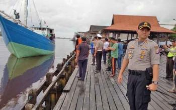 Kapal barang yang membawa dua korban selamat saat akan bersandar di pelabuhan bongkar muat Kuala Pembuang.