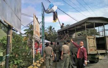 Sejumlah anggota Satpol PP Kabupaten Katingan menertibkan spanduk, baliho maupun reklame di Kota Kasongan, Senin (17/7/2017).
