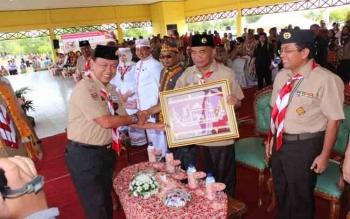 Kwarda Lampung memberikan cendera mata kepada Mendikbud Muhadjir Efendy\\r\\n