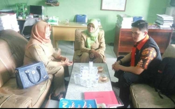 Petugas P2TP2A Provinsi Kalteng Sanurang (kanan) saat berada di SDN 1 Kumai Hilir, Kecamatan Kumai, Kabupaten Kotawaringin Barat, Selasa (18/7/2017).