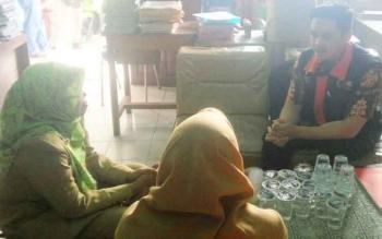 Manager kasus P2TP2A Kalteng Sanurang (kanan) saat menyambangi SDN 1 Kumai Hilir, Kecamatan Kumai, Kabupaten Kotawaringin Barat, Selasa (18/7/2017).