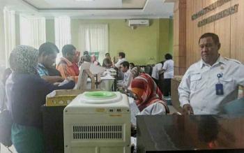 Sejumlah petugas Disdukcapil saat memberikan pelayanan bagi warga Kabupaten Kotawaringin Barat.
