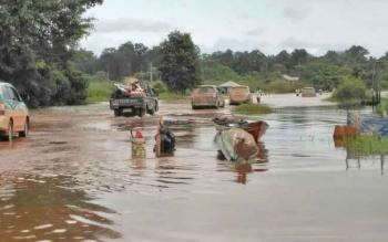 Ruas jalan Pangkalan Bun-Kolam kembali terendam banjir akibat luapan Danau Masorayan, Selasa (18/7/2017). Banjir setinggi paha dewasa mengakibatkan kendaraan sulit melewati ruas jalan tersebut.