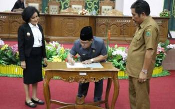 Ketua DPRD Pulang Pisau saat menadatangani raperda inisiatif DPRD setelah mendapatkan persetujuan dari eksekutif.
