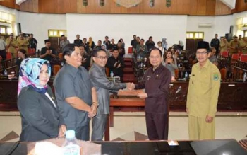 7 Fraksi DPRD Setujui Raperda LKPJ Pelaksanaan APBD 2016