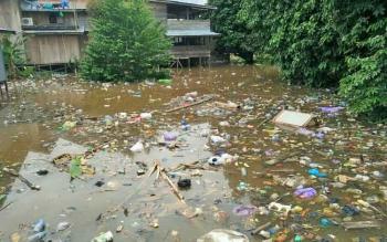SSungai Butong di Muara Teweh dipenuhi sampah yang dibuang masyarakat