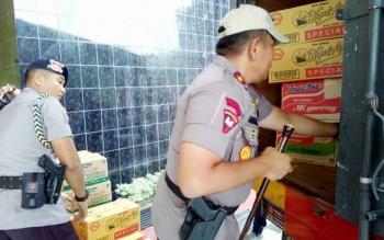 Kapolda Kalteng Brigadir Jenderal Anang Revandoko memasukan sembako ke dalam mobil.