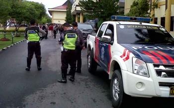 Anggota terlihat bersiap-siap menuju Kabupaten Katingan. Pukul 08.24 WIB, Kapolda bersama rombongan berangkat.