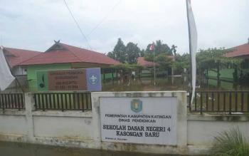 Banjir menggenangi SDN 4 Kelurahan Kasongan Baru Jalan Tumbang Liting, akibatnya proses belajar mengajar di sekolah ini diliburkan.