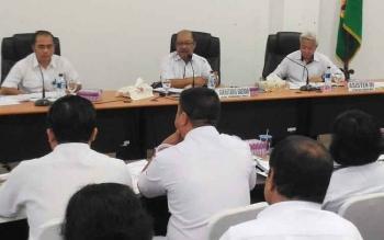 Sekda Gunung Mas Kamiar (tengah) saat memimpin rapat evaluasi PAD di ruang rapat lantai I kantor Bupati Gunung Mas, Rabu (19/7/2017)