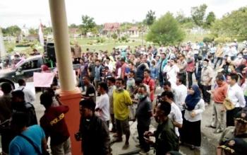 Suasana demonstrasi damai tolak bau limbah di halaman DPRD Lamandau.