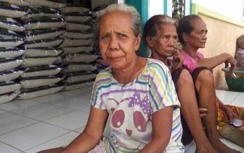 Warga Desa Kartamulai, Kecamatan Sukamara saat berkumpul untuk menerima zakat H Abdul Rasyid beberapa waktu lalu.