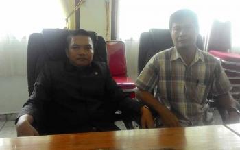 Anggota DPRD Kabupaten Kapuas Berinto (kiri) bersama warga Desa Supang, Kecamatan Kapuas Hulu.