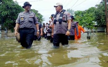Kapolda Kalteng Brigjen Pol Anang Revandoko (kanan) bersama Kapolres Katingan AKBP Ivan Adhityas Nugraha berjalan menyusuri lokasi banjir di Katingan.