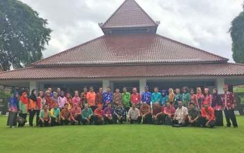 Sejumlah pegawai Pemkab Kotim berfoto bersama di pendopo Sabha Swagatha Blambangan, Rujab Bupati Banyuwangi.
