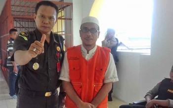 Badrun (kanan) terdakwa kasus asusila bersama Kasi Pidana Umum Kejari Seruyan Akwan Annas.