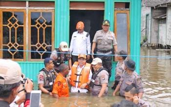 Kapolda Kalteng Brigadir Jenderal Anang Revandoko bersama Bupati Katingan, Sakariyas dan pejabat utama Polda Kalteng usai memberikan bantuan ke rumah warga, Rabu (19/7/2017).