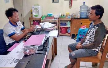 Murnadi (kanan) sedang diperiksa penyidik Polsek Rakumpit.
