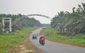 Pengendara saat melintas di jalan provinsi yan berada di wilayah Kabupaten Sukamara.