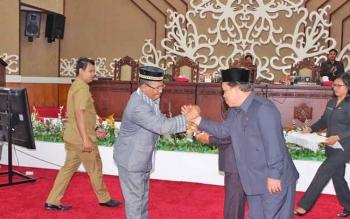 Wakil Ketua DPRD Kalteng, Heriansyah saat jabat komando dengan Wagub Kalteng saat rapat paripurna