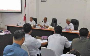 Sekda Gunung Mas, Kamiar (tengah) memimpin rapat evaluasi pendapatan asli daerah, Rabu (19/7/2017)